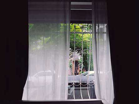 tenda bianca da interni aperta