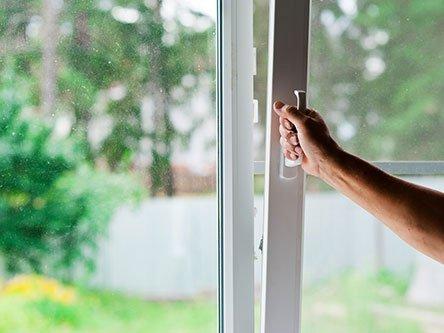 mano durante un`apertura di una finestra a vasistas