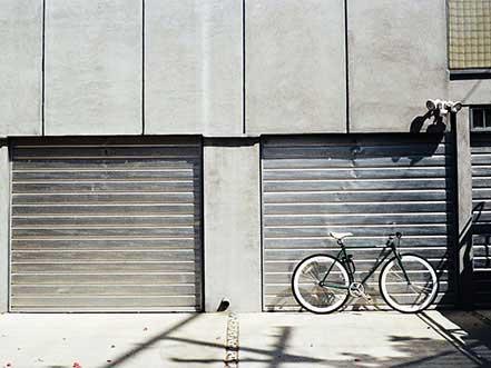 due serrande abbassate con bicicletta