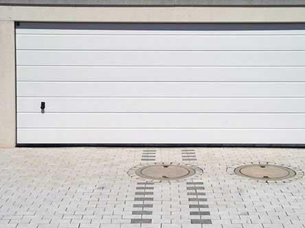 serranda abbassata con pavimento in ceramica decorato