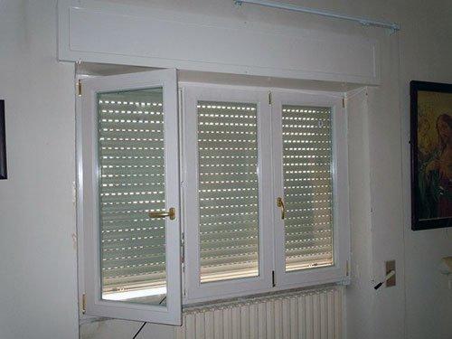 finestra aperta con tapparella abbassata