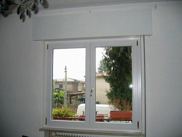 vista frontale di una finestra con vista sulla citta