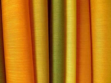 dettaglio di una tenda da sole gialla arancione e verde