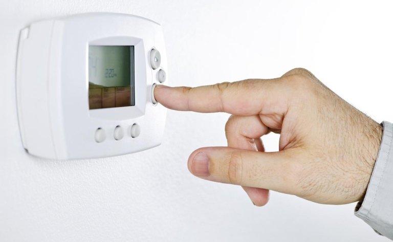 dito preme su un termostato