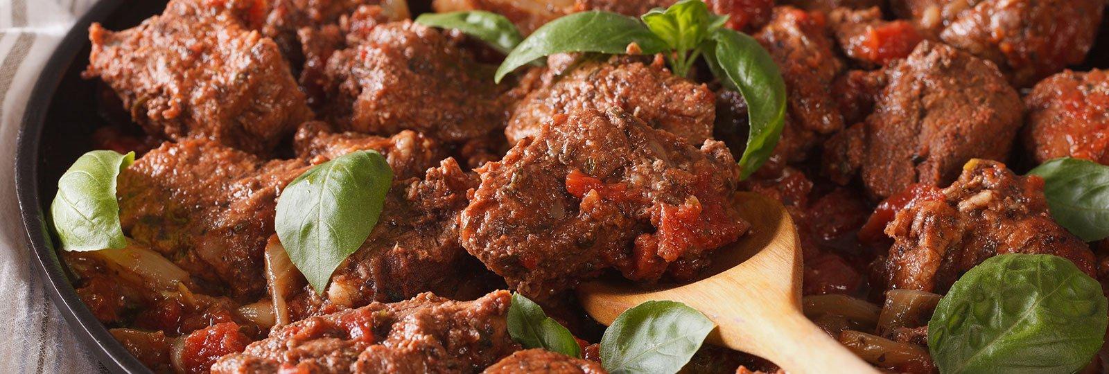 un piatto a base di carne,sugo e basilico