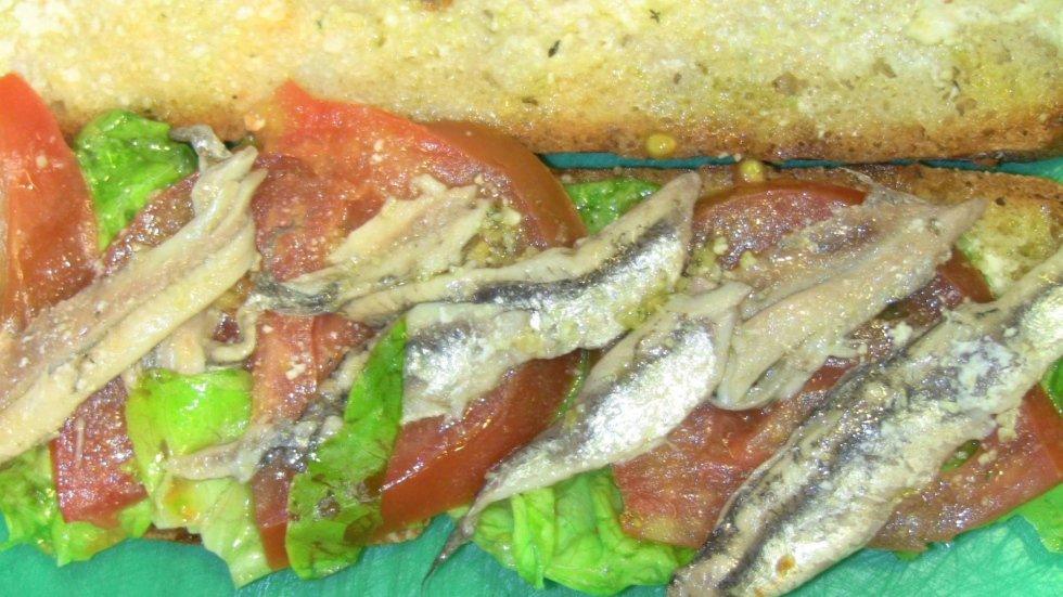 Panino con alici marinate e pomodori
