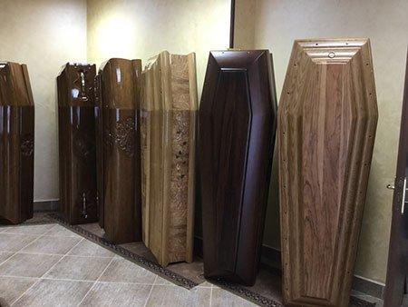 una stanza con delle bare di legno