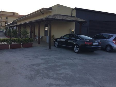 uno stabile e due macchine parcheggiate