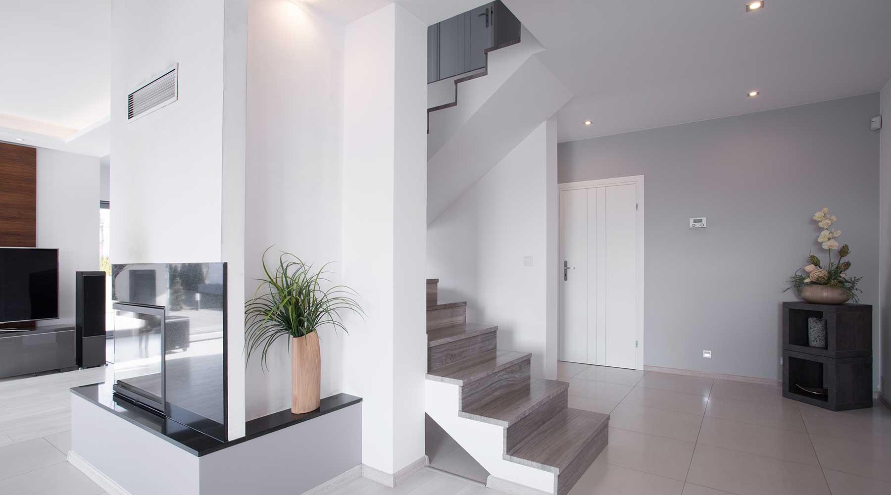 vista di una scala  in un appartamento moderno su due livelli