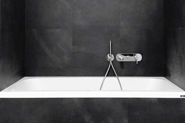 vista di un mobile da cucina in legno lucido  bianco con un forno in acciaio e al centro della cucina una penisola