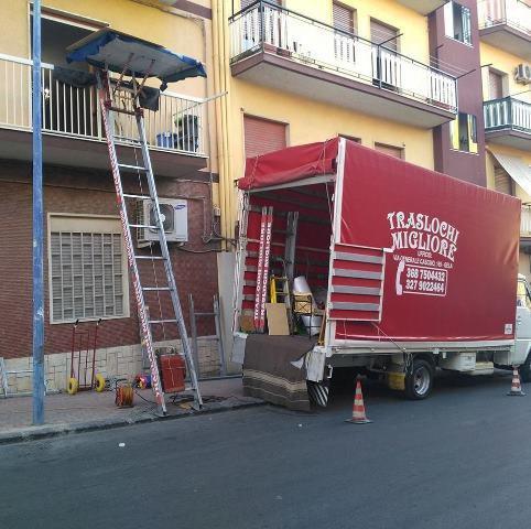 Camion della ditta Traslochi Migliore durante il carico mobili
