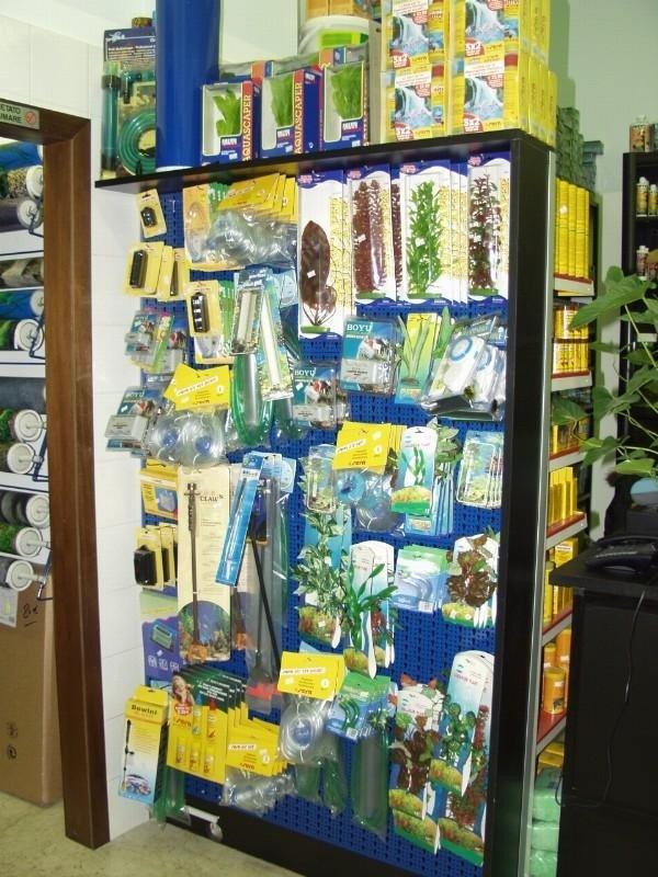 scaffale con prodotti accessori per acquari