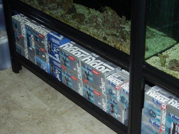 scatole di pompe per l`acqua sotto una teca