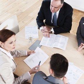 avvocato mentre discute con cliente in un ufficio
