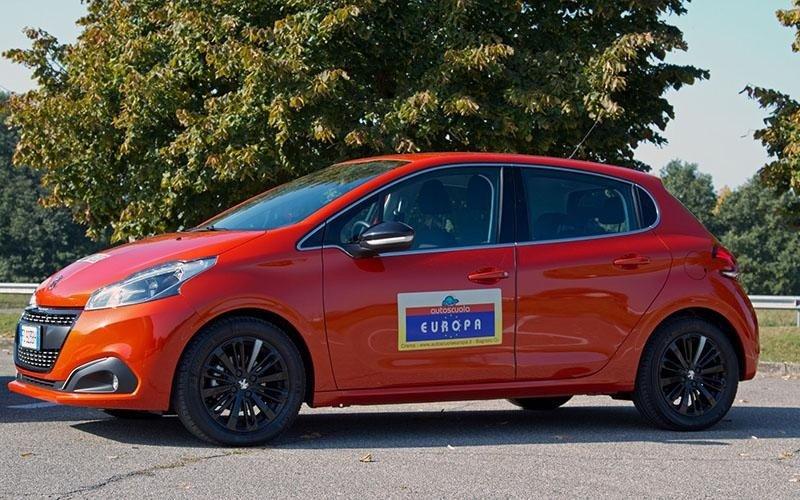 Peugeot 208 rossa - Autoscuola Europa - Crema