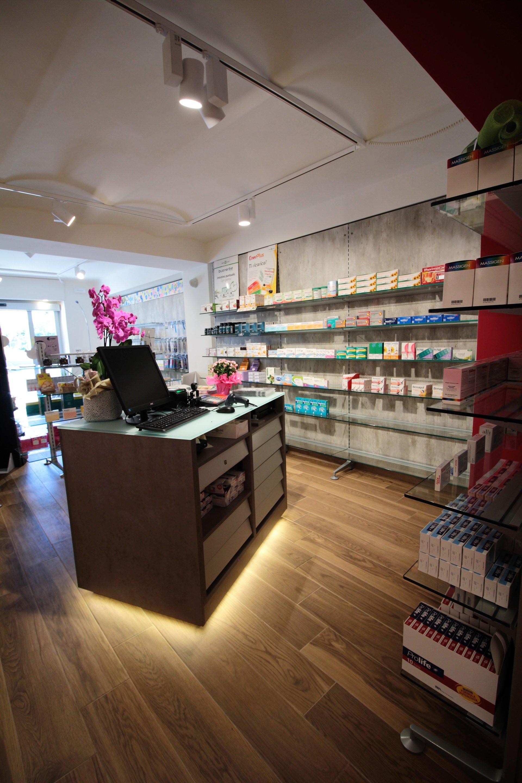 il bancone della farmacia con alcuni prodotti