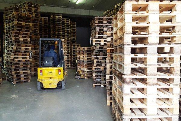 Muletto per trasporto pallets EUR ed EPAL in legno presso S&C Pallets a Genova