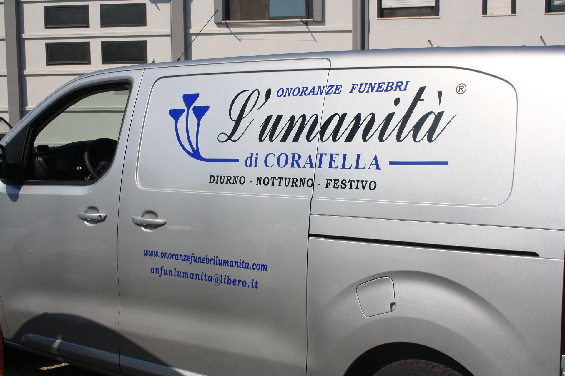 un furgone con scritto Onoranze Funebri L'Umanita' di Coratella