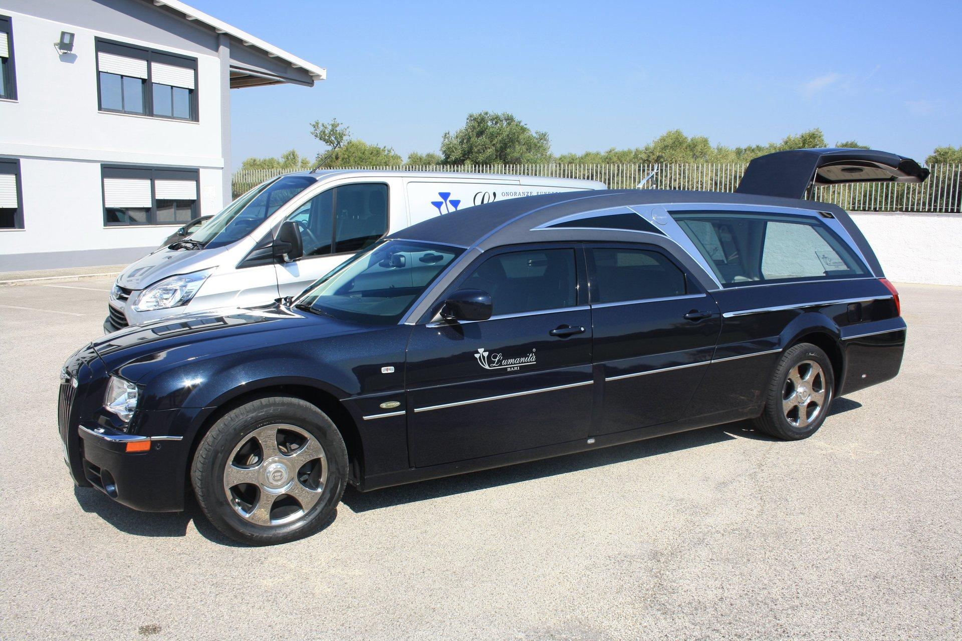 un carro funebre blu scuro