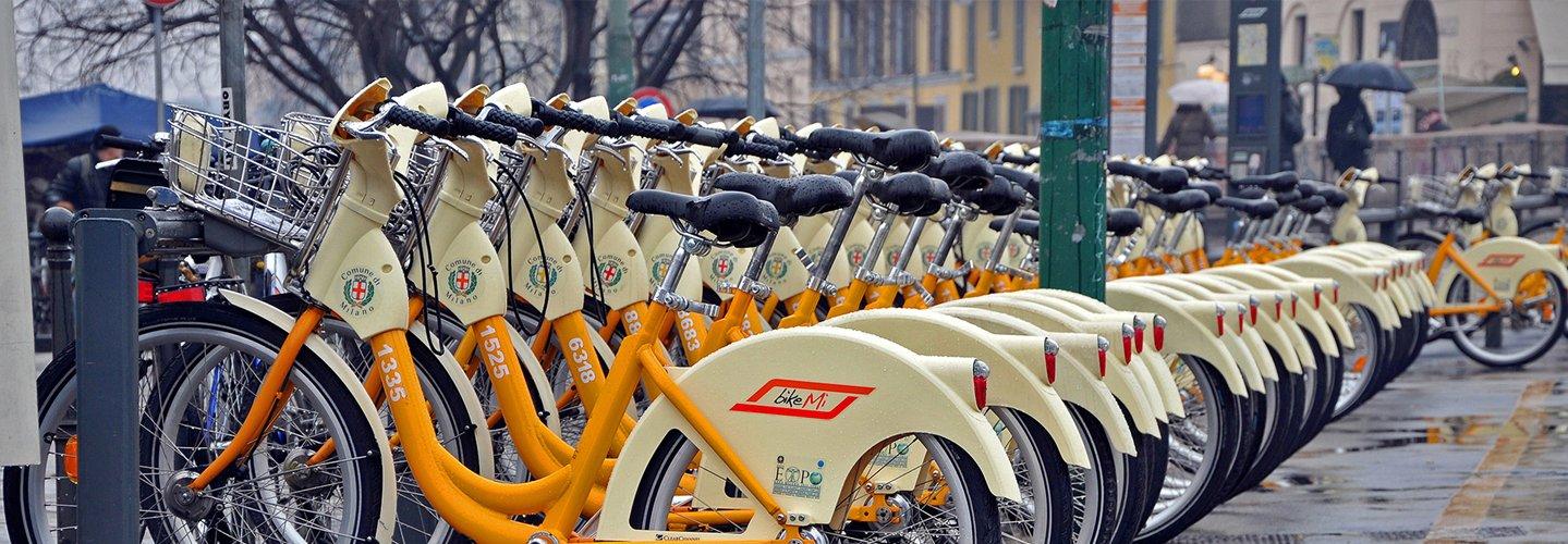 fila di biciclette
