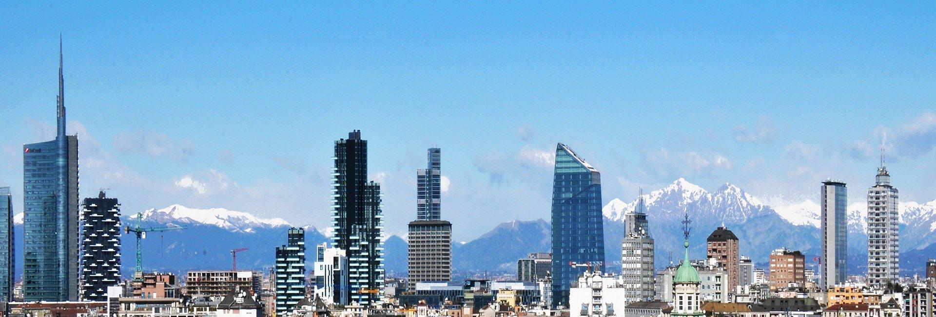 grattacieli di fronte a montagne innevate