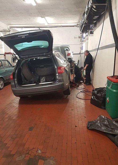 macchina sollevata per cambio gomme - Autofficina Cavalli Paolo - Roma