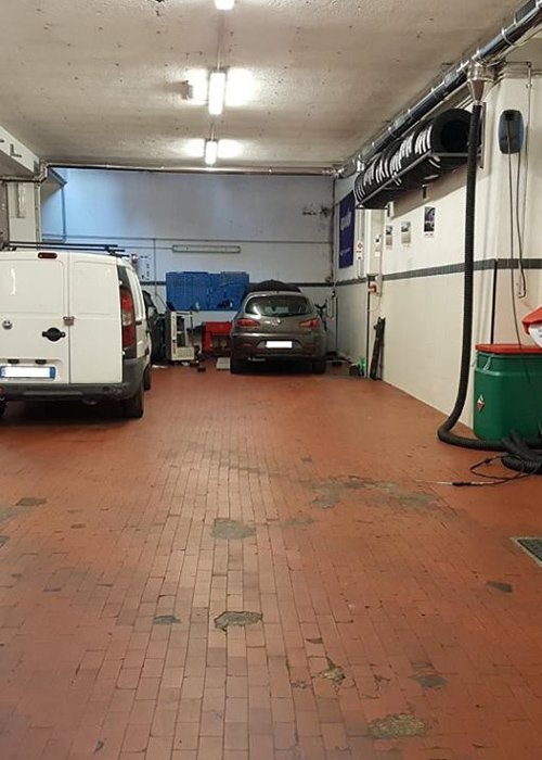 macchine e furgoncino depositati in officina in attesa di riparazioni