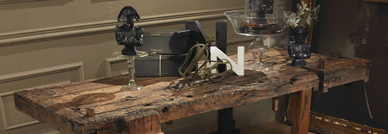 tavolo in legno con arredo