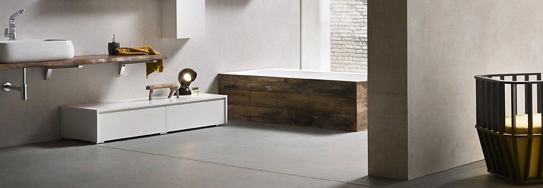 bagno con vasca rivestita in legno