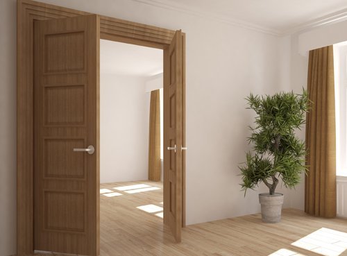 porta aperta di un`abitazione
