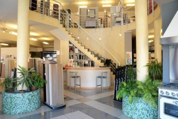 vista frontale di un negozio a due piani con bancone per la consultazione di un esperto