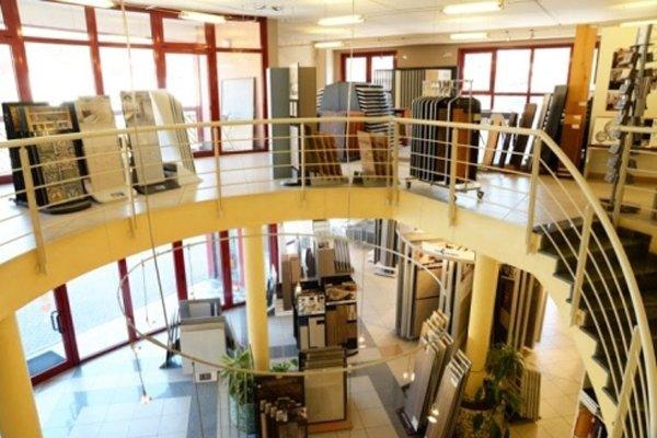pavimenti rivestimenti e caminetto - veduta dall`alto del negozio a due piani