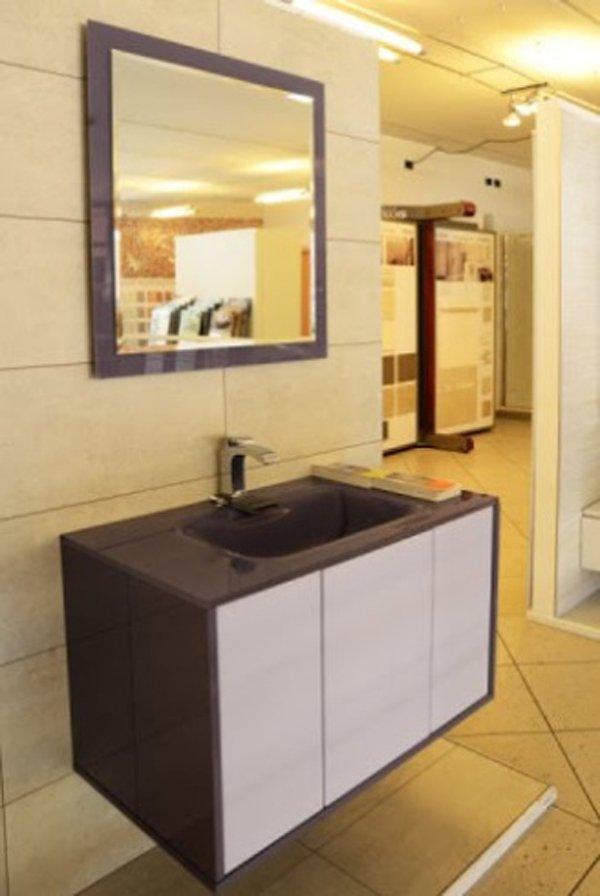 lavabo con cassettiera marrone scuro e specchio