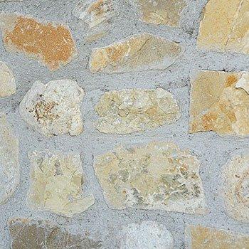 un muro con pietre color sabbia