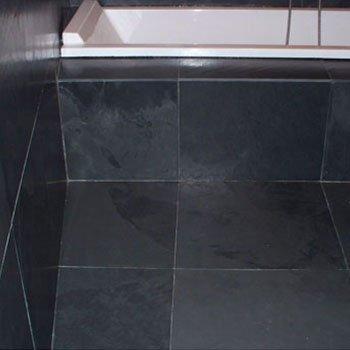 delle piastrelle nere in marmo