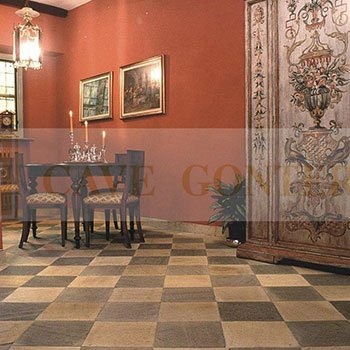 un pavimento con piastrelle in marmo a scacchi bianchi e neri e un tavolo con delle sedie