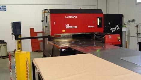 Macchina per il taglio dell'acciaio con laser attraverso il computer