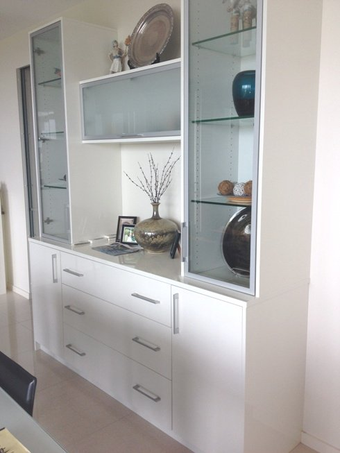 Buffet unit with glass shelves