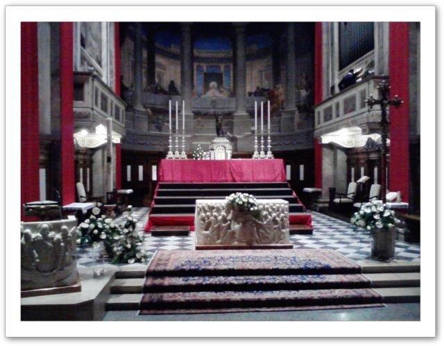 Tribune cerimonie in chiesa