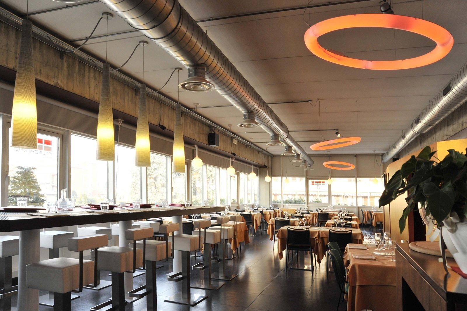 tavoli e sedie in un ristorante