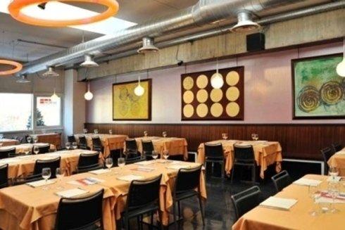 tavoli con tovaglia gialla