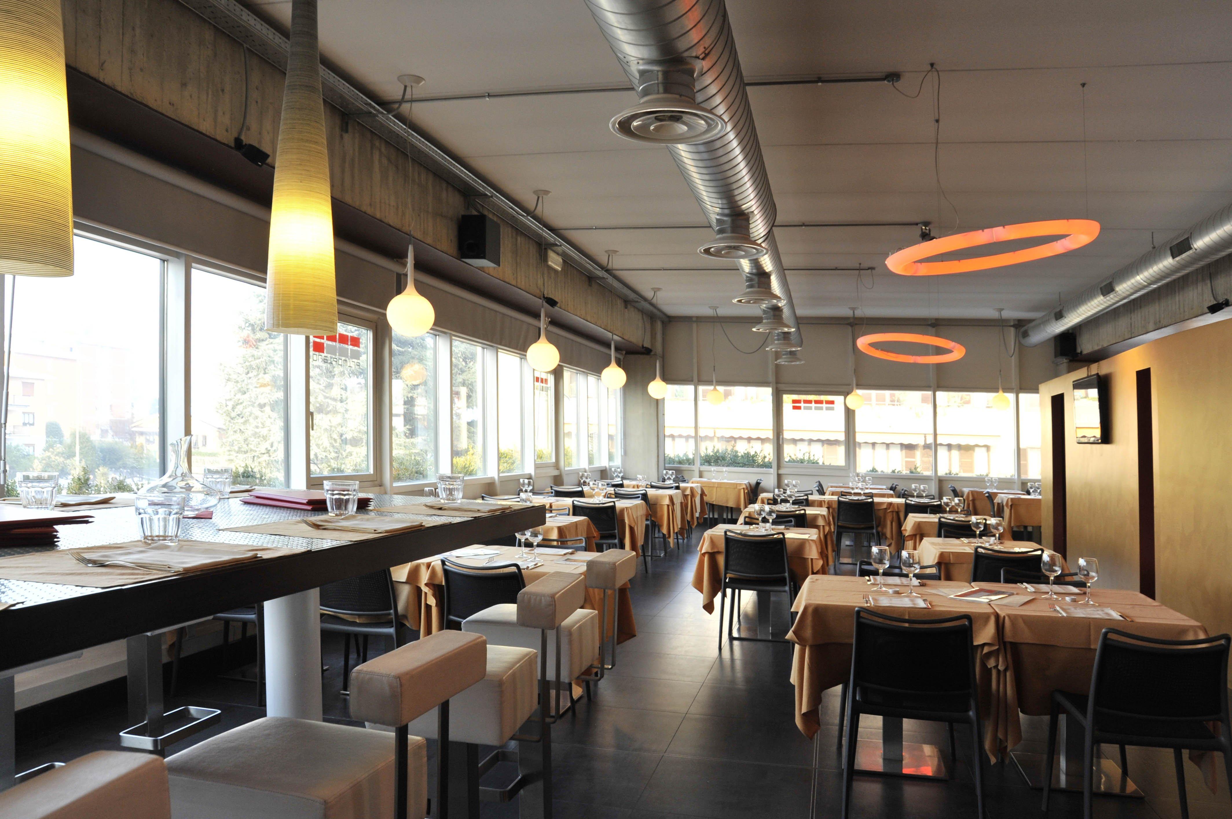 vista di tavoli nel ristorante
