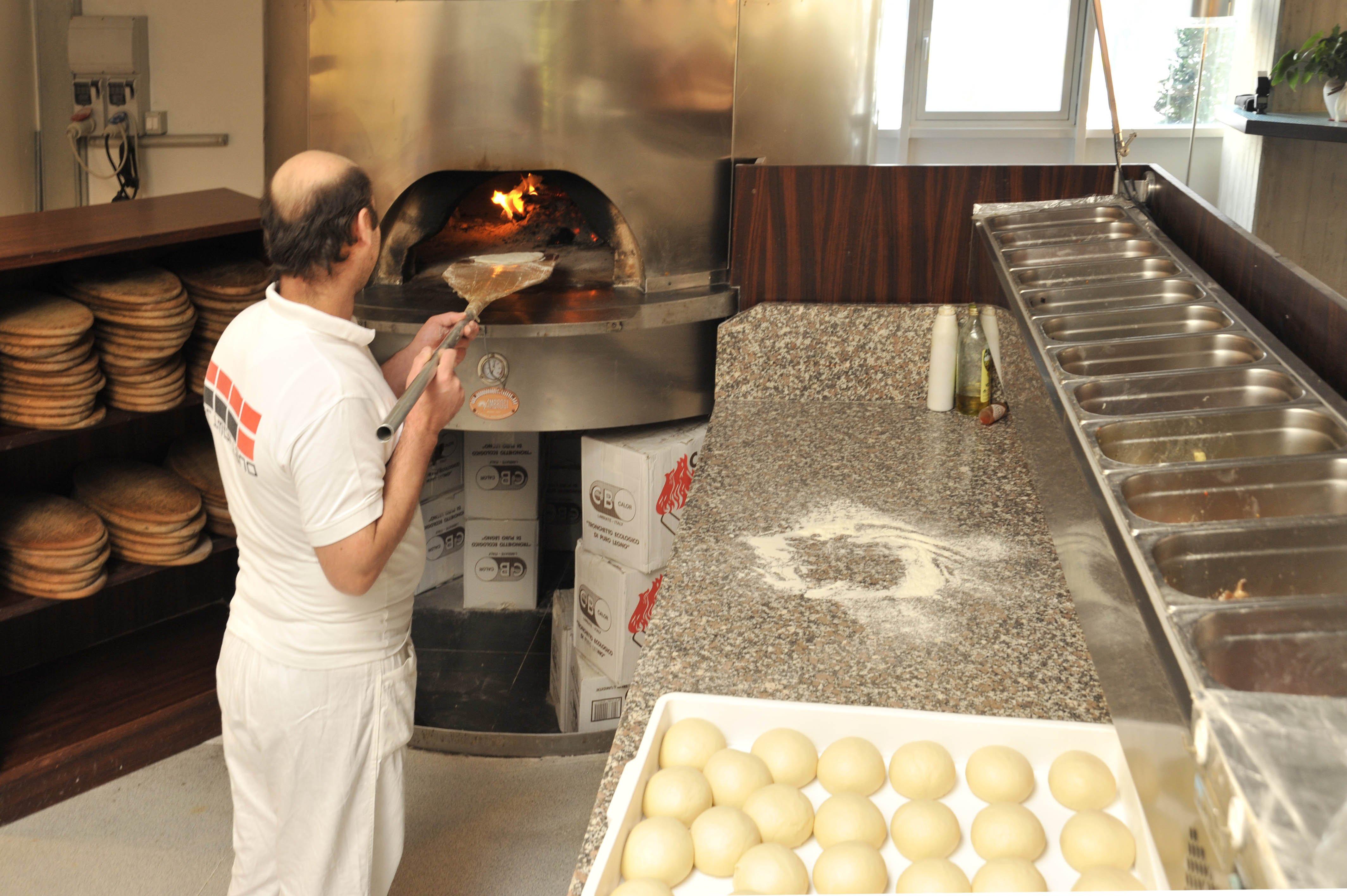 un pizzaiolo davanti al forno