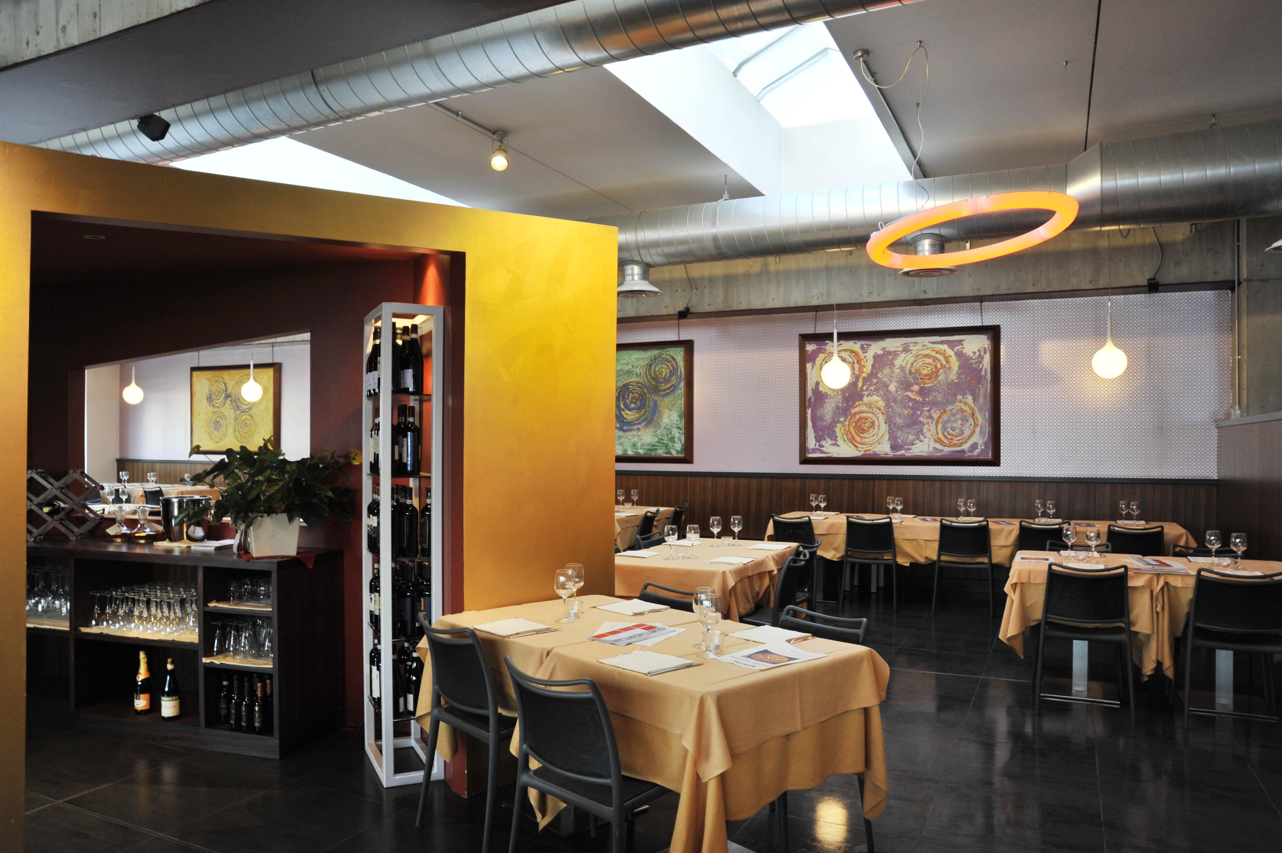 vista dei tavoli nel ristorante