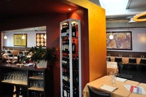 vista di uno scaffale con dei vini e un tavolo