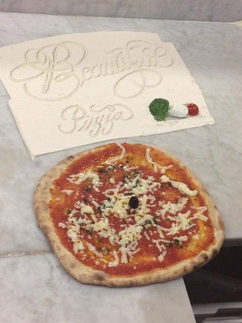Pizza di formaggio e pomodoro