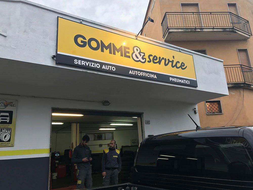 vista dell'insegna con scritto Gomme & Service