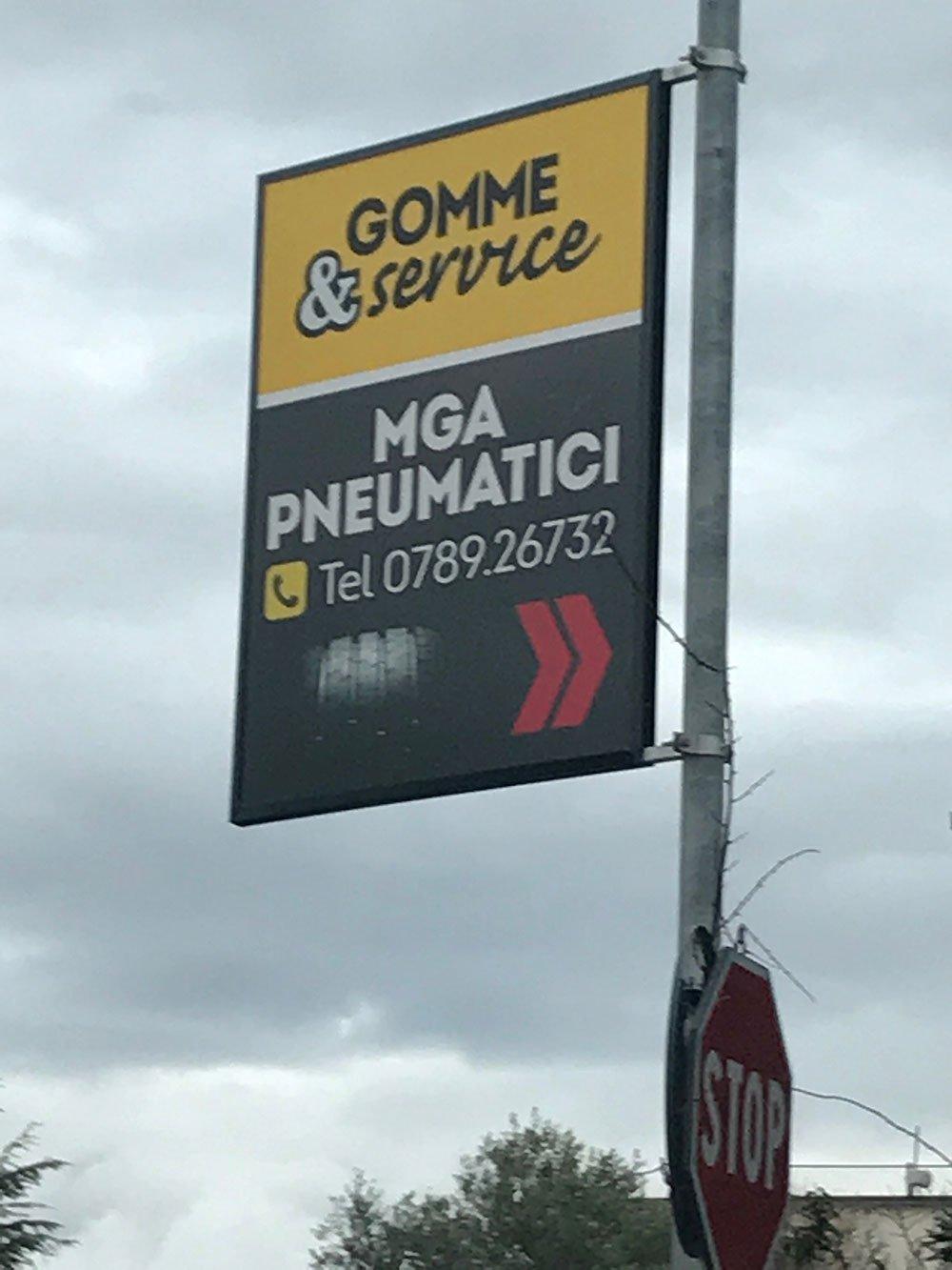 un cartello con scritto Gomme & Service MGA Pneumatici
