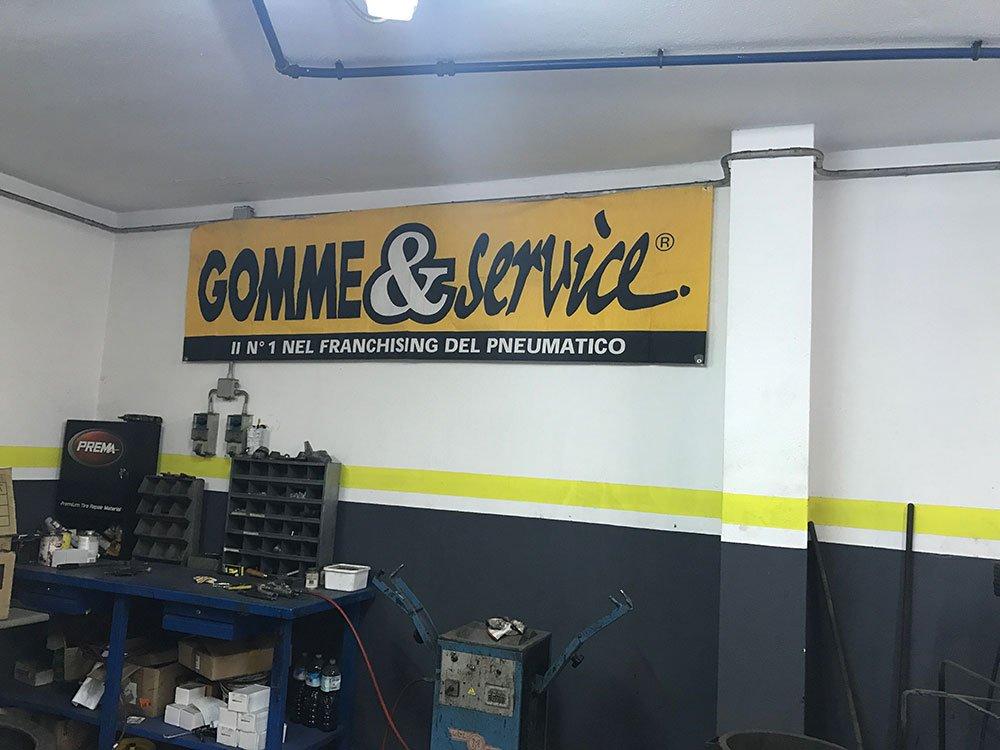 vista di un cartello Gomme & Service all'interno dell'officina