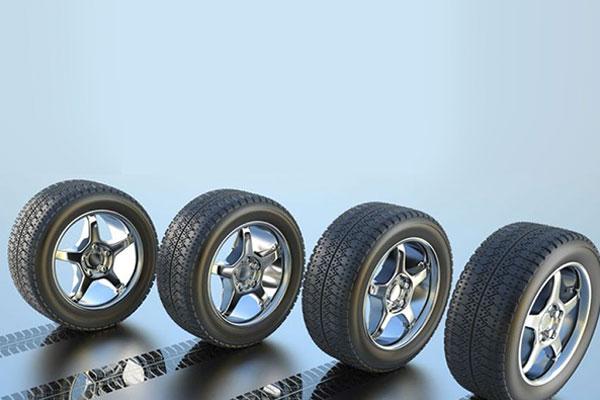 una  serie di ruote con cerchioni in lega